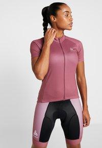 ODLO - STAND UP COLLAR FULL ZIP FUJIN PRINT - T-Shirt print - roan rouge - 0