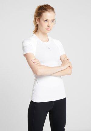CREW NECK ACTIVE SPINE LIGHT - T-shirt z nadrukiem - white