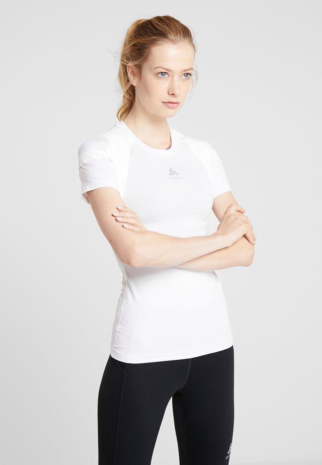 CREW NECK ACTIVE SPINE LIGHT - Print T-shirt - white