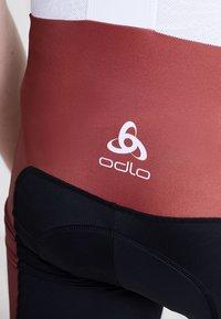 ODLO - MEN PERFRORMANCE SHORTS - Tights - red hot chili - 6