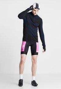 ODLO - MEN PERFRORMANCE SHORTS - Tights - pink - 1