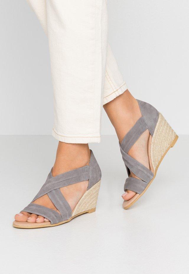 MAIDEN - Sandaletter med kilklack - grey