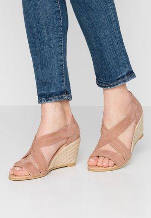 MAIDEN - Sandaler m/ kilehæl - nude