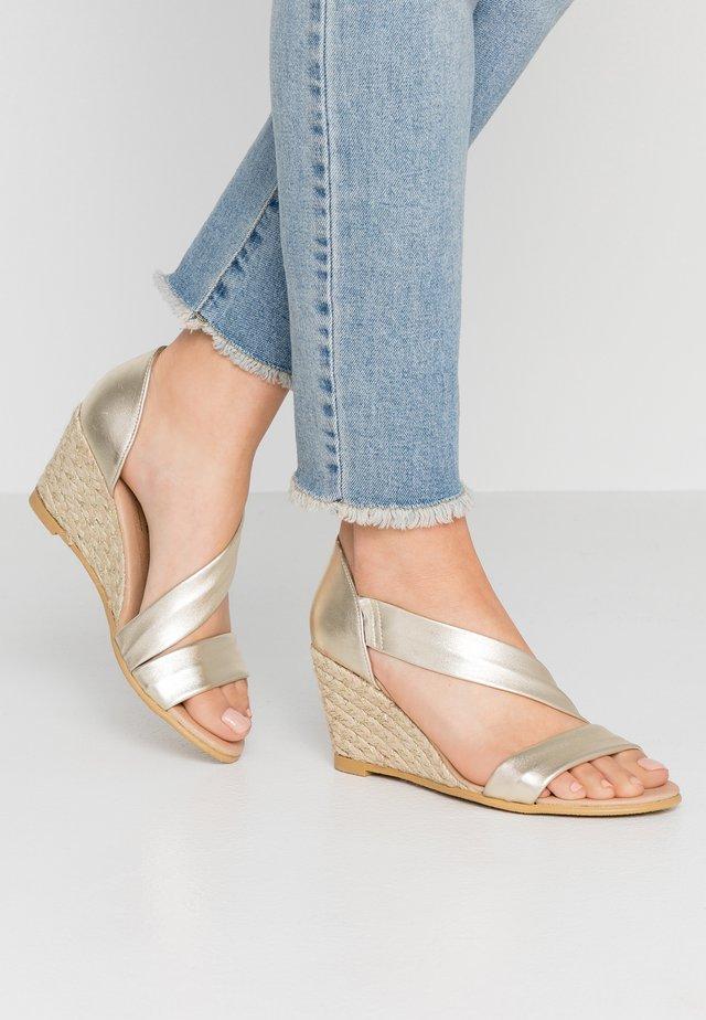MAID - Sandały na koturnie - gold