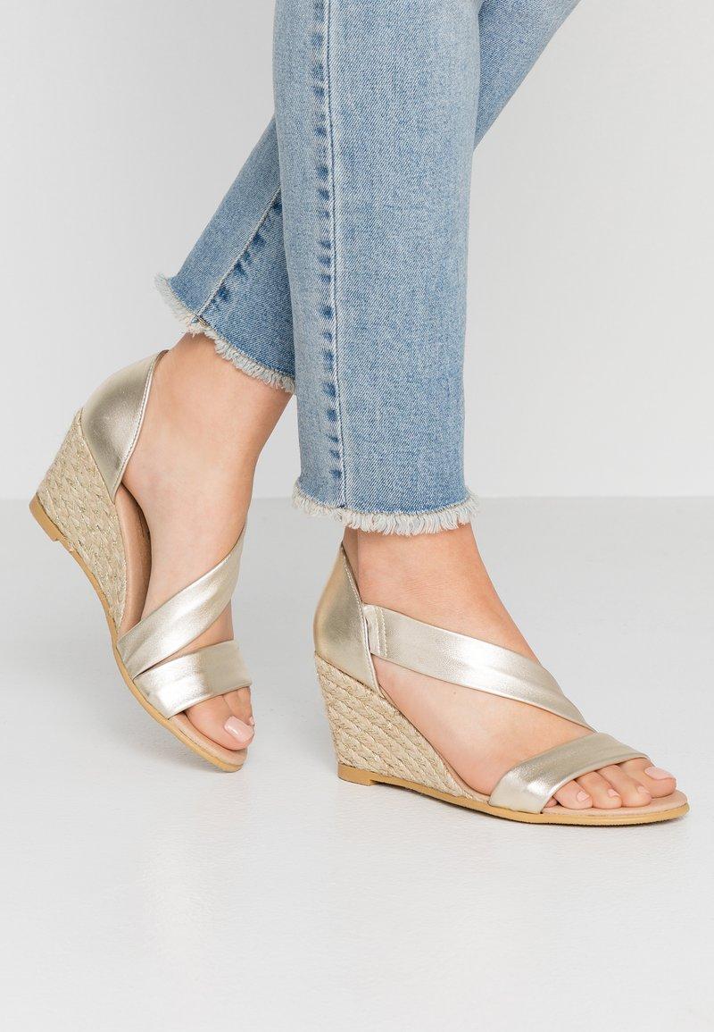 Office - MAID - Sandály na klínu - gold