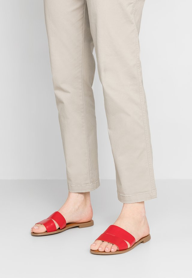 SACRED - Pantolette flach - red