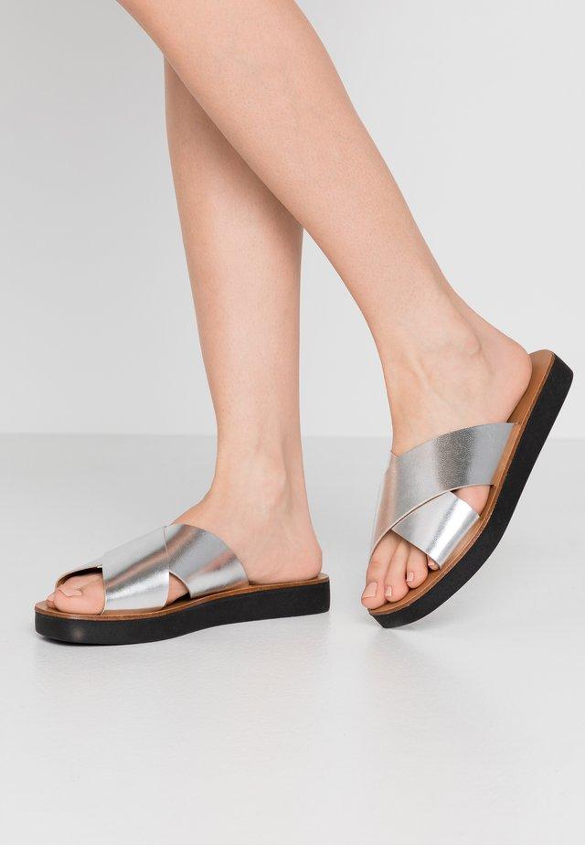 SANTOS - Slip-ins - silver mirror