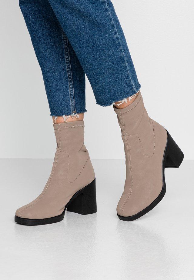 ARTICHOKE - High Heel Stiefelette - taupe