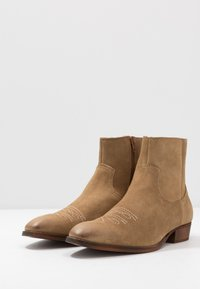 Office - CLINT WESTERN BOOT - Cowboy/biker ankle boot - sand - 2