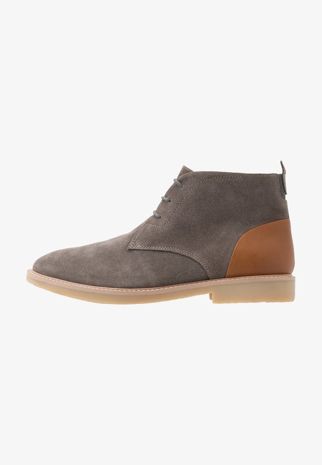 CHUKKA WITH BACK TAB - Nilkkurit - grey/tan