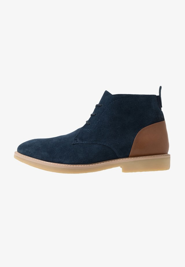 CHUKKA WITH BACK TAB - Nilkkurit - navy/tan