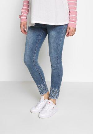 CROP WITH EMBROIDERY ON BOTTOM - Skinny džíny - light indigo