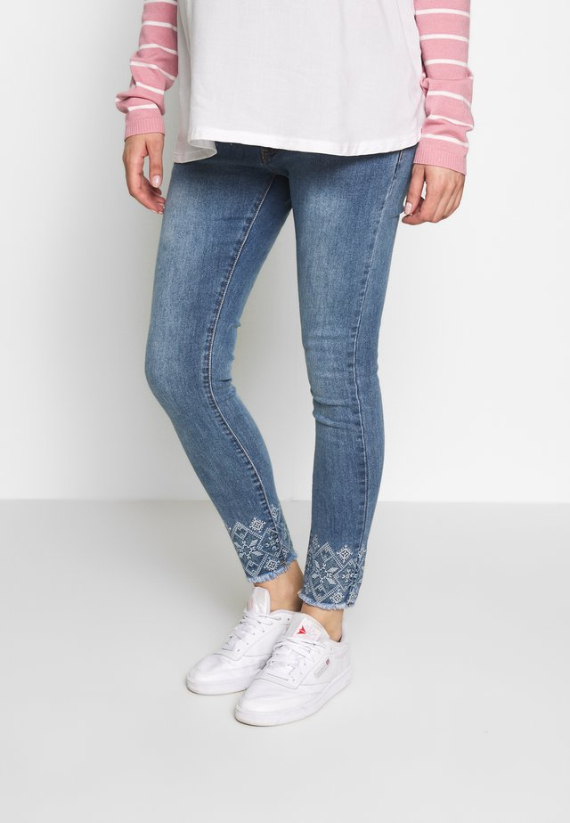 CROP WITH EMBROIDERY ON BOTTOM - Skinny džíny - light indigo