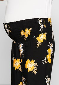 ohma! - MATERNITY PRINTED WIDE TROUSER - Trousers - black/ochre - 4