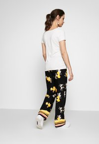 ohma! - MATERNITY PRINTED WIDE TROUSER - Trousers - black/ochre - 2
