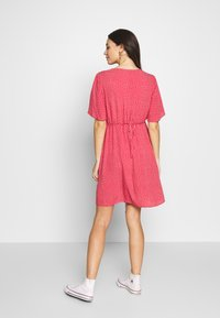 ohma! - NURSING DOTTED DRESS CROSSED WITH BUTTON - Vestido camisero - strawberry - 2