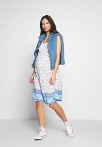 ohma! - NURSING PRINTED DRESS WITH FLOUNCE - Denní šaty - blue/white - 1