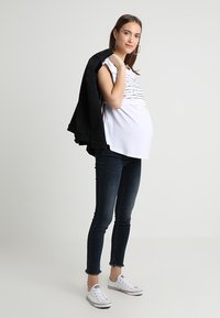 ohma! - NURSING WITH STRIPPES ON BACK - Print T-shirt - white - 1