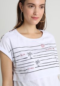 ohma! - NURSING WITH STRIPPES ON BACK - Print T-shirt - white - 3