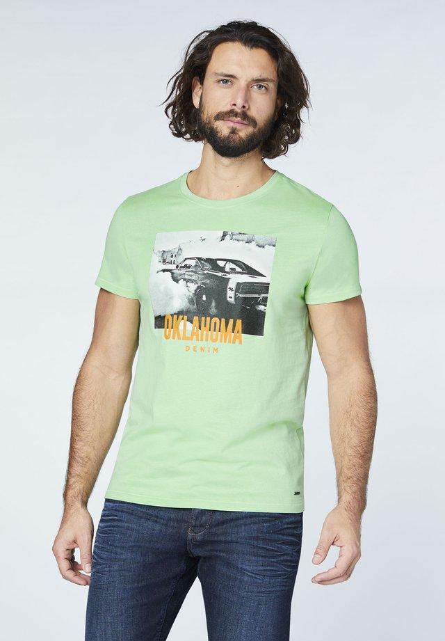MIT GROSSEM FRONT - Print T-shirt - hemlock