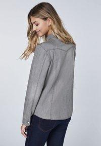 Oklahoma Jeans - MIT ZWEI BRUSTTASCHEN - Button-down blouse - charcoal grey - 2
