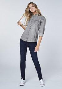 Oklahoma Jeans - MIT ZWEI BRUSTTASCHEN - Button-down blouse - charcoal grey - 1