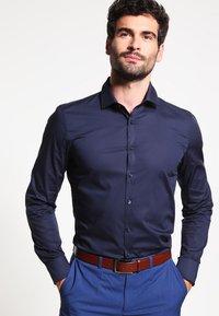 OLYMP - OLYMP NO.6 SUPER SLIM FIT - Camicia elegante - marine - 0