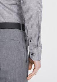 OLYMP - OLYMP NO.6 SUPER SLIM FIT - Koszula biznesowa - black - 5