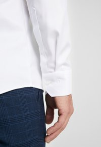 OLYMP - OLYMP NO.6 SUPER SLIM FIT  - Koszula biznesowa - weiss - 5
