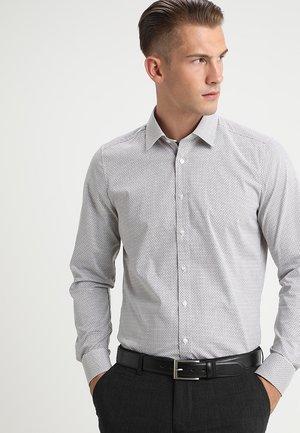 BODY FIT - Shirt - braun