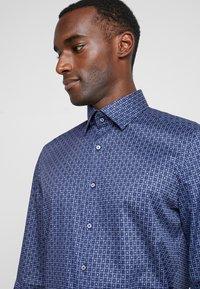 OLYMP - Formální košile - marine - 4