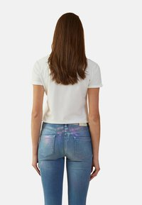 Oltre - MIT SCHRIFTZUG IN METALLOPTIK - Print T-shirt - bianco - 2