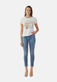 Oltre - MIT SCHRIFTZUG IN METALLOPTIK - Print T-shirt - bianco - 1