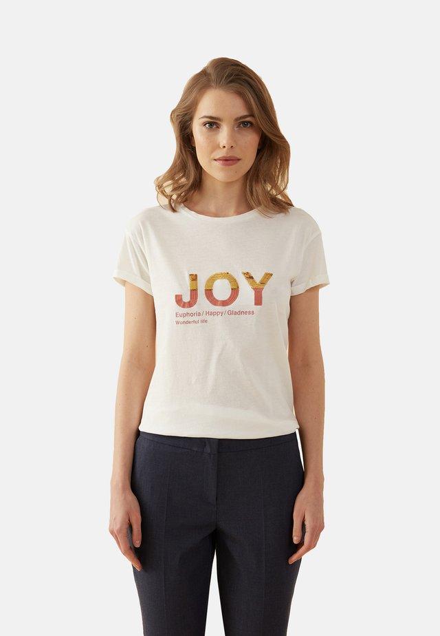 T-SHIRT MIT LETTERING-STICKEREI - Print T-shirt - bianco