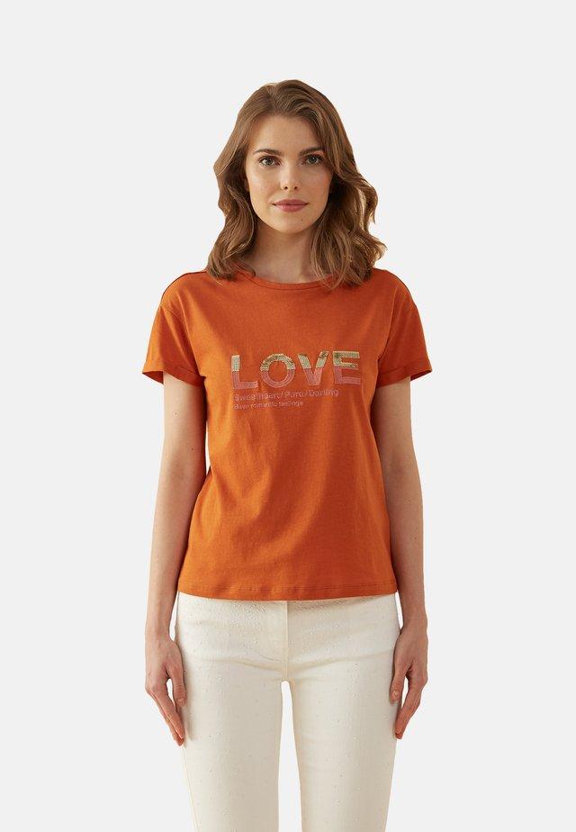 T-SHIRT MIT LETTERING-STICKEREI - Print T-shirt - arancione