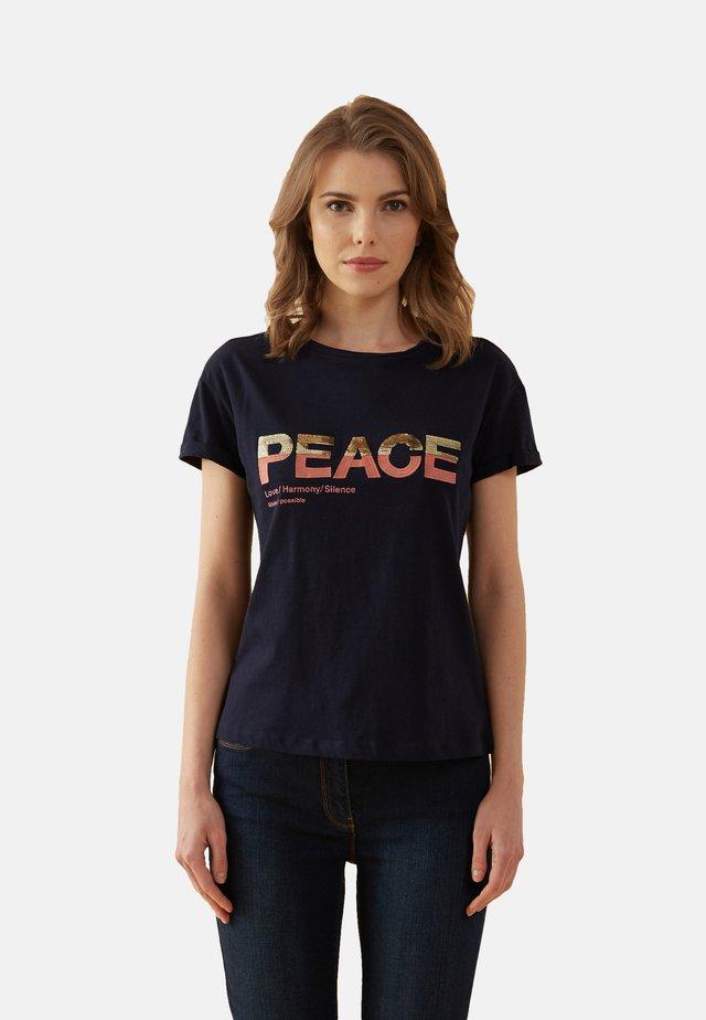 MIT LETTERING-STICKEREI - Print T-shirt - blu