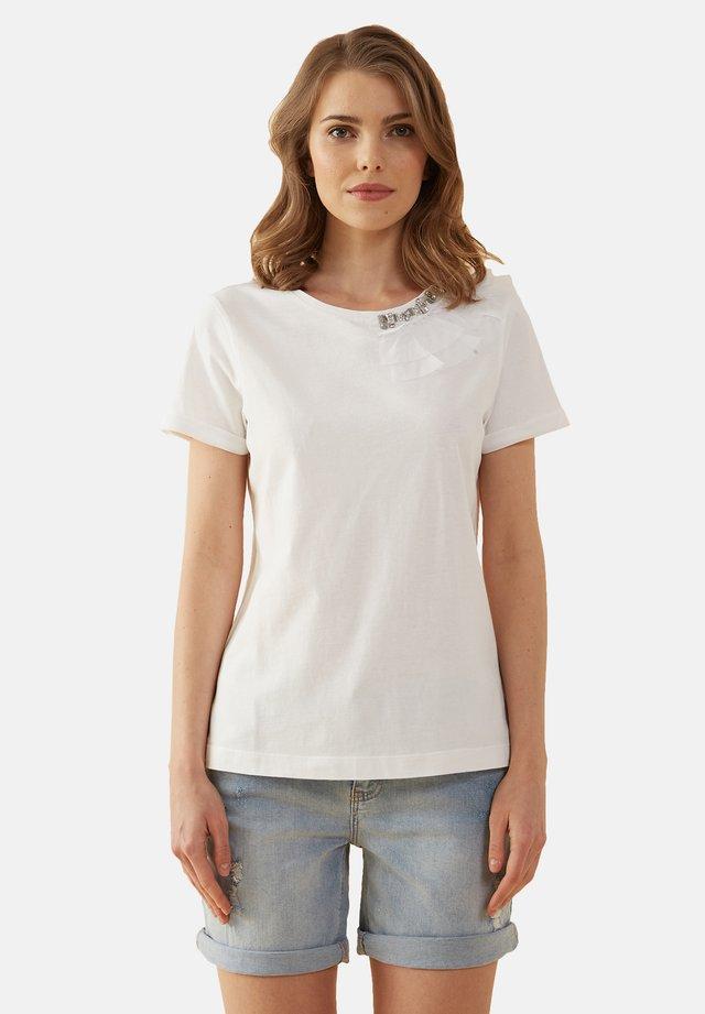 T-SHIRT MIT AUFGESTICKTEN SCHMUCKSTEINEN - Basic T-shirt - bianco