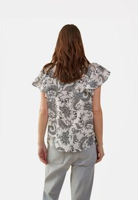 Oltre - MIT CASHMERE-MUSTER - Blouse - white - 1