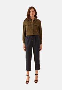 Oltre - MIT KLEINEN TASCHEN - Button-down blouse - verde - 1