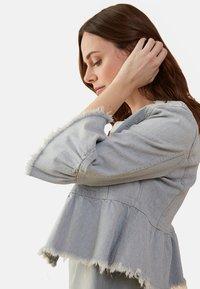 Oltre - MIT VOLANT AUS WISER WASH JEANS - Denim jacket - blue - 2