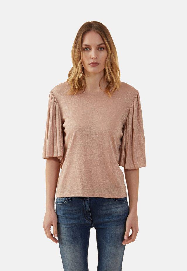 MIT PLISSEE-ÄRMELN - Print T-shirt - pink