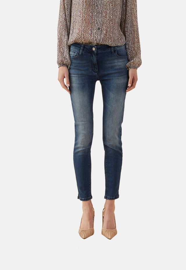 MIT SCHLITZEN - Slim fit jeans - blue