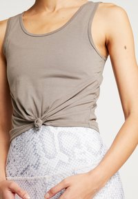 Onzie - KNOT CROP - Sports shirt - dust