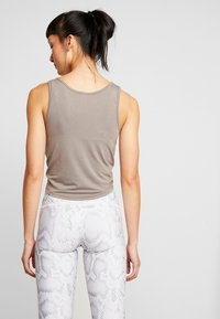 Onzie - KNOT CROP - Sports shirt - dust - 2