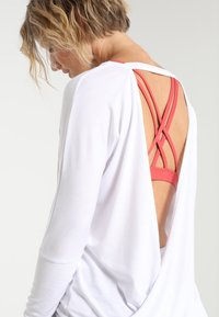 Onzie - DRAPEY BACK - Long sleeved top - white - 3