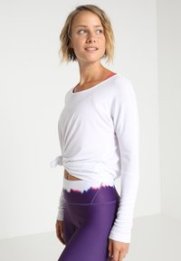 Onzie - DRAPEY BACK - Long sleeved top - white - 2