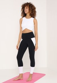 Onzie - FRONT TWIST CROP - Top - white - 1