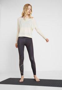 Onzie - OFF SHOULDER - Långärmad tröja - natural - 1