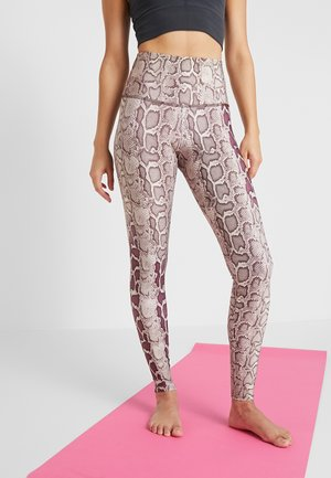 HIGH RISE GRAPHIC - Leggings - sand/red