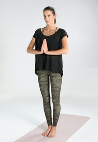 Onzie - HIGH RISE LEGGING - Tights - moss camo - 1